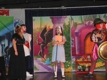 """Dünyaca Ünlü """"Alice in Wonderland"""" Adlı Oyun Öğrencileri Büyüledi"""