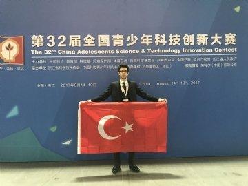 """12. Sınıf Öğrencimiz Mert Akyürekli, Çin'de Gerçekleştirilen """"CASTIC Uluslararası Proje Yarışması'nda""""  Dünya Birincisi Oldu"""
